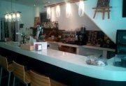 Cafetería funcionando enfrente del ayuntamiento